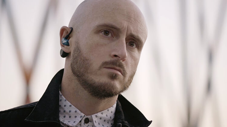 Man wearing Aonic 215 earphones